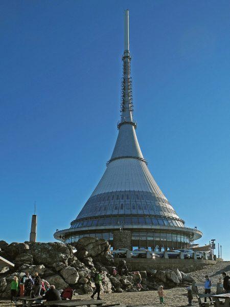 Wieża telewizyjna i hotel Ještěd (fot. Wikimedia Commons)