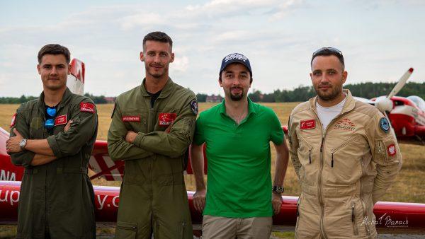 """W towarzystwie pilotów grupy """"Żelazny"""" - od lewej - Wojciech Muszyński, Mirosław Wrześniewski, ja we własnej osobie i Paweł Antkowiak (fot. Spotterka)"""