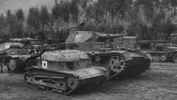Polska tankietka TK-3, obok niemieckiego czołgu PzKpfw IV