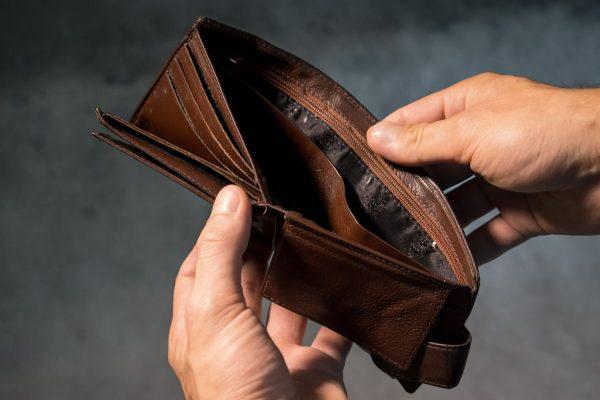 Upadłość konsumencka to postępowanie sądowe dla osób, które nie prowadzą działalności gospodarczej i na skutek różnych okoliczności po prostu stały się niewypłacalne.