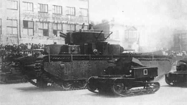 Tankietka T-27 obok wielowieżowego czołgu ciężkiego T-35