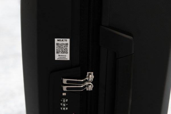 Naklejak Moje.to to na walizce również będzie bardzo przydatna, ponieważ nie musimy umieszczać dodatkowych danych (jedynie mogłaby mieć mocniejszy klej, aby trudniej ją było odkleić od powierzchni walizki)