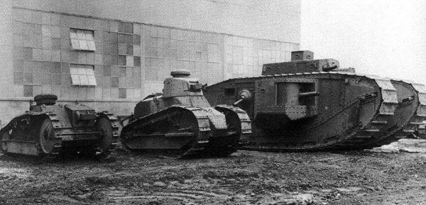 Rodzina w komplecie. Od lewej Ford 3-ton M1918, Ford 6-ton M1917 i Mark VIII Liberty