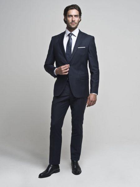 Czasami jeden dodatek - np. krawat w bardziej odważnej kolorystyce wystarczy, aby nasza stylizacja była o wiele ciekawsza (fot. borgio.co)