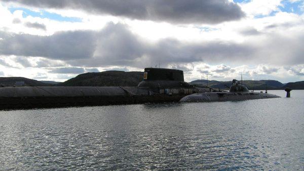 Jeden z Typhoonów obok wielozadaniowego okrętu podwodnego projektu 971 Szczuka o długości 110 m