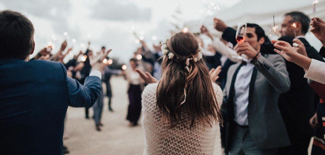 Jak stylowo ubrać się na wesele jako gość?