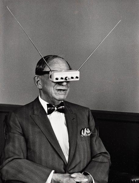 Hugo Gernsback w goglach telewizyjnych w 1963 roku (fot. Life Magazine)