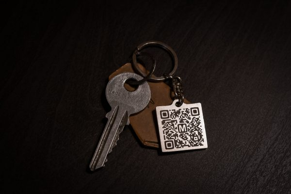 Brelok Moje.to można przypiąć np. do kluczy