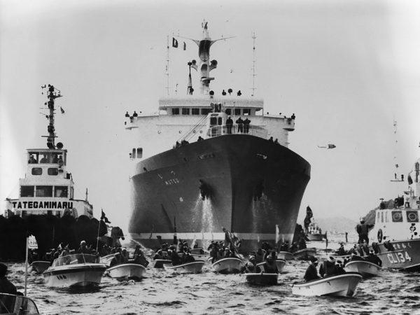 NS Mutsu zablokowany podczas wejścia do portu