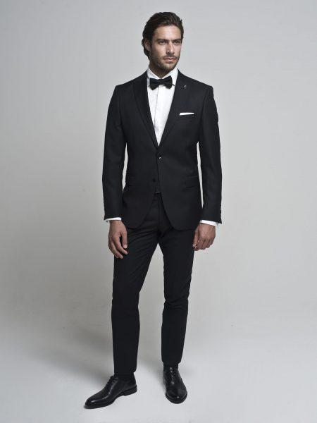 Biała koszula, czarny garnitur i mucha to jedna z popularniejszych męskich stylizacji na wesele (fot. borgio.co)