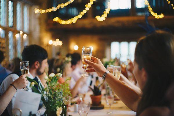 Przyjęcie weselne to jedna z niewielu okazji, gdzie wciąż obowiązuje elegancki, formalny strój.