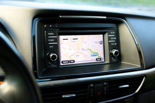 Wiele samochodów ma wbudowane nawigacje, ale nie zawsze są one aktualizowane (lub jest to bardzo kosztowne) oraz różnie bywa z ich dokładnością