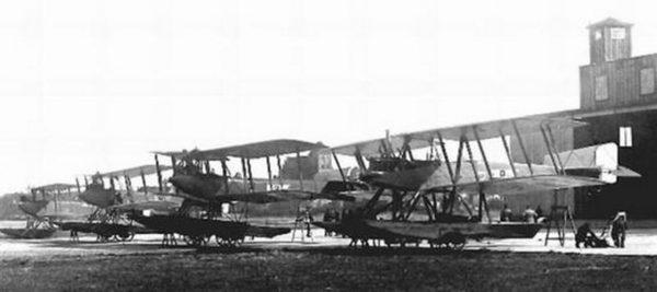 Wodnosamoloty Lübeck Travemünde F4 (7), Friedrichshafen FF-49B (1) i Friedrichshafen FF-33E (8) w bazie w Pucku, 20 sierpnia 1920 roku