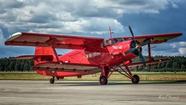 W tym zdjęciu wyraźnie zabrakło długiego czasu, przez co wygląda ono bardzo statycznie - chociaż samolot kołował po pasie (fot. Michał Banach)