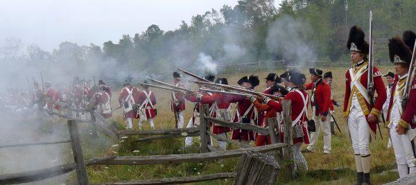 Grupa rekonstrukcyjna brytyjskiej armii w charakterystycznych czerwonych barwach (fot. Lee Wright/Flickr.com)