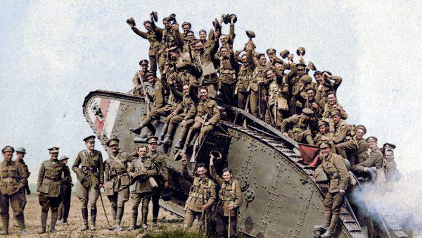Brytyjscy żołnierze podczas I wojny światowej - dobrze widać charakterystyczny ziemisty kolor mundurów i kamuflażu na czołgu