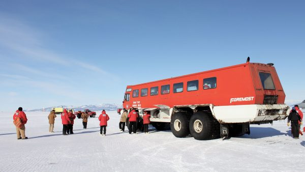 Terra Bus w bazie McMurdo (fot. Eli Duke/Wikimedia Commons)