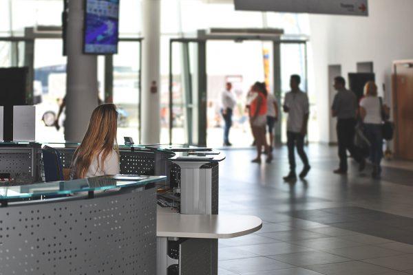 Rollupy można ustawić np. w wejściu do budynku w którym odbywa się spotkanie lub konferencja