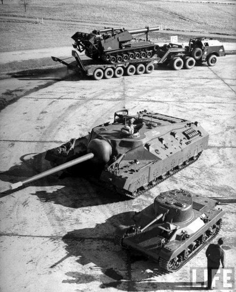 T28 Super Heavy Tank, prototyp czołgu lekkiego M22 Locust oraz samobieżna haubica T92 (fot. LIFE Magazine)