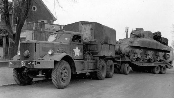 M19 Tank Transporter z co ciekawe czołgiem M4 Sherman na przyczepie