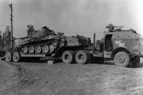 """M25 Tank Transporter """"Dragon Wagon"""" z niemieckim czołgiem PzKpfw V Panther"""