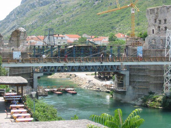 Stary Most w Mostarze podczas odbudowy (fot. Donar Reiskoffer)