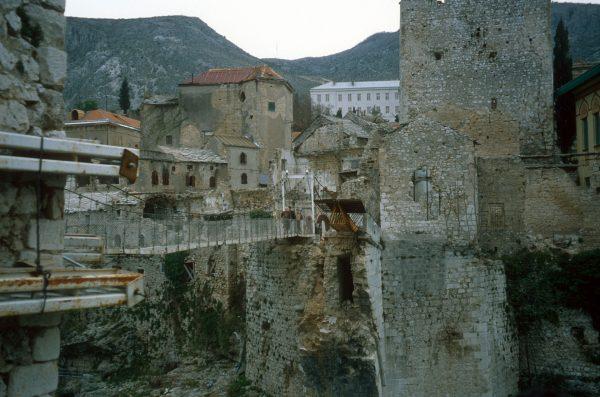 Tymczasowy most w miejscu Starego Mostu w Mostarze (fot. Wikimedia Commons)