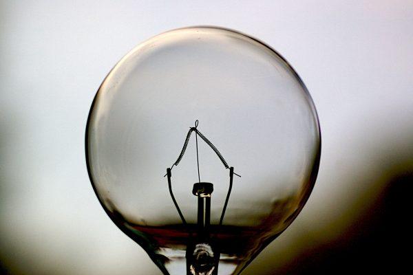 Żarówka z tradycyjnym żarnikiem (fot. Jeff Kubina)
