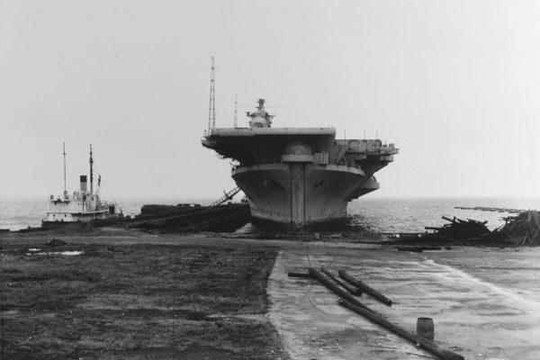 USS Franklin niedług przed złomowaniem - widać wycięty fragment pokładu