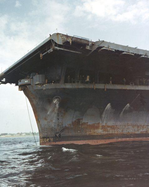 USS Franklin (CV-13) w drodze do stoczni remontowej