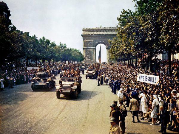 Paryżanie oglądający przejazd oddziałów Wolnych Francuzów, 26 sierpnia 1944 roku (fot. Jack Downey)