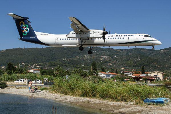 Olympic Air DHC-8-402Q podczas lądowania na wyspie Skiatos (fot. Flo Weiss/Wikimedia Commons)