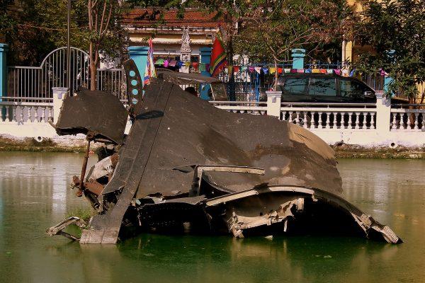 Wrak B-52 w jeziorze Huu Tiep (fot. calflier001/Wikimedia Commons)