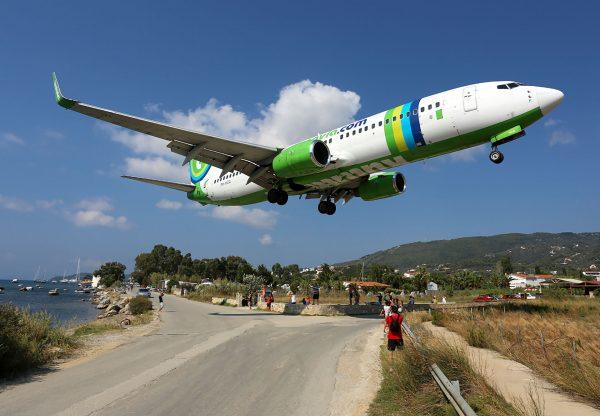 Transavia Airlines Boeing 737-800 podczas lądowania na wyspie Skiatos (fot. Timo Breidenstein/Wikimedia Commons)