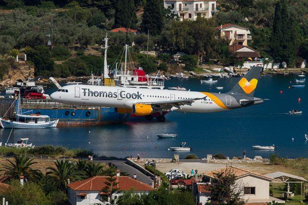 Thomas Cook Airbus A321 podczas lądowania na wyspie Skiatos (fot. Flo Weiss/Wikimedia Commons)