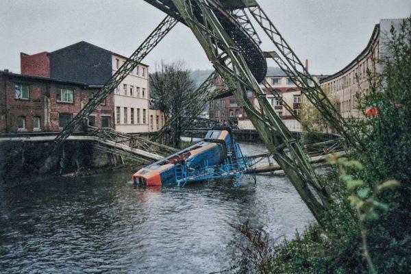 Zdjęcie z wypadku Wuppertaler Schwebebahn z 1999 roku (fot. pillboxs/Wikimedia Commons)