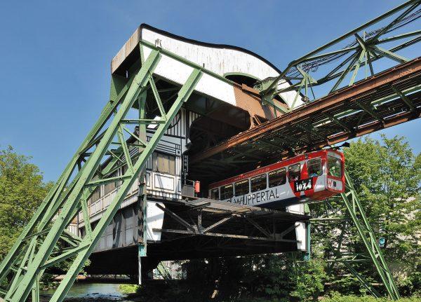 Wuppertaler Schwebebahn (fot. Mbdortmund/Wikimedia Commons)
