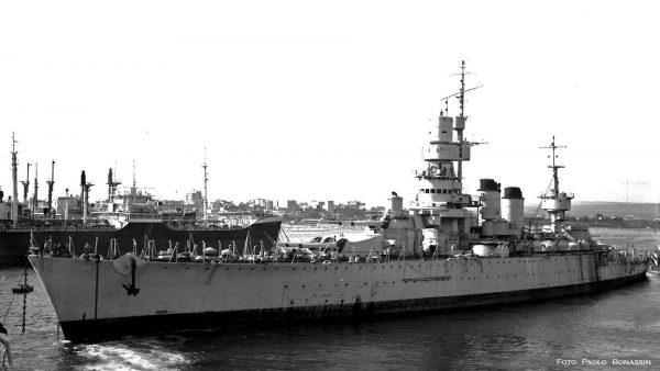 Andrea Doria w drodze do stoczni złomowej w 1960 roku (fot. Paolo Bonassin)