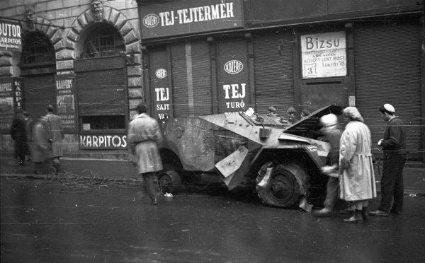 Wrak BTR-40 na ulicach Budapesztu