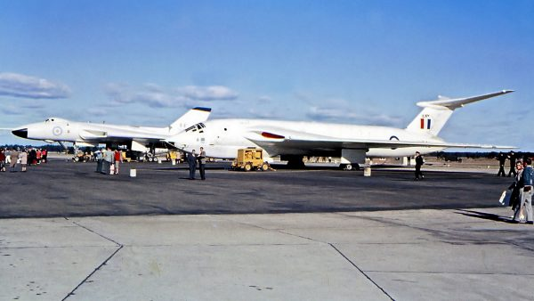 Handley Page Victor i Avro Vulcan (w tle)