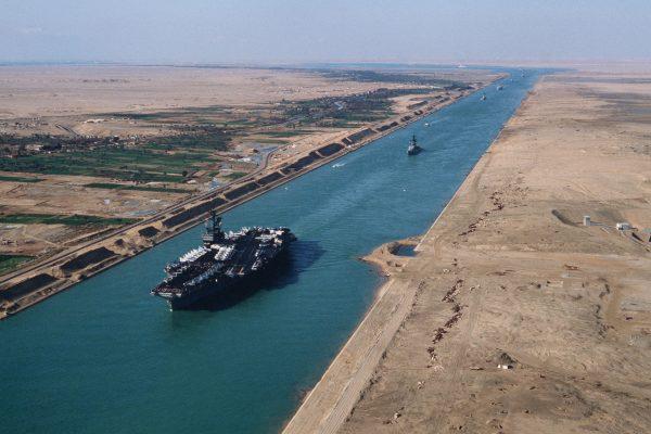 Amerykański lotniskowiec USS America w Kanale Sueskim (fot. US Navy)