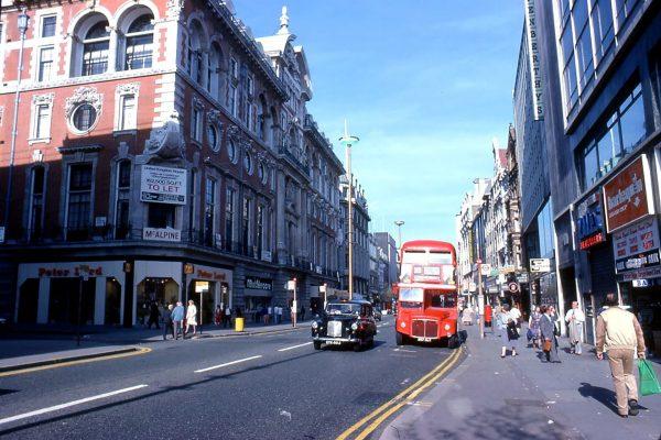 Dwa symbole Londynu, hackney carriage i czerwony autobus piętrowy (fot. TARS631/Wikimedia Commons)