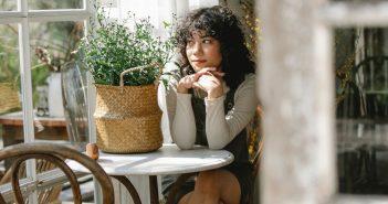Stwórz hygge w swoim ogrodzie: fotele i siedziska wiszące