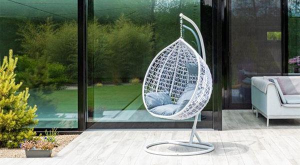Fotel wiszący ITALFORM ORTA - ustawiony tak, by zapewniać swobodny widok na cały ogród