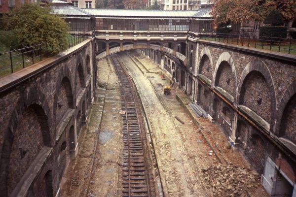Fragment trasy Chemin de fer de Petite Ceinture podczas przebudowy i przystosowania do ruchu przez pociągi innych linii (fot. Smiley.toerist/Wikimedia Commons)