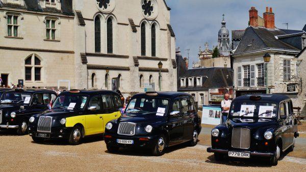 Po prawej Austin FX4, obok dwa TX1 a w tle jeszcze jeden FX4 (fot. Zairon/Wikimedia Commons)