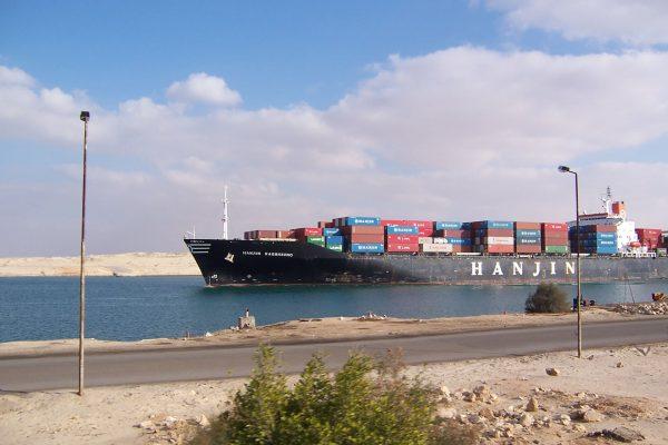 Kontenerowiec w Kanale Sueskim (fot. Daniel Csörföly)