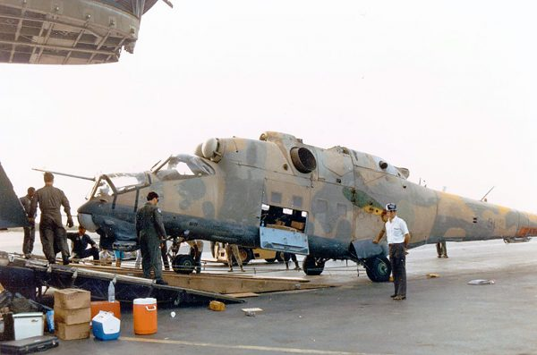 Przejęty Mi-25 podczas załadunku do C-5 (fot USAF)
