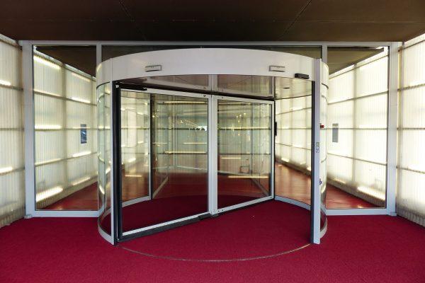 Współczesne drzwi obrotowe (fot. pixabay,com)