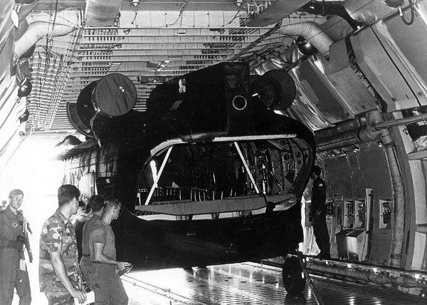 MH-47 w ładowni C-5 Galaxy (fot USAF)